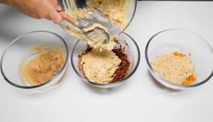 Trois saveurs de muffins sur une plaque