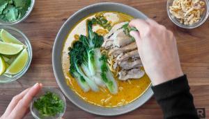 Soupe ramen au lait de coco, au poulet et au bok choy