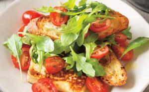 Entrée de tomates au fromage grillé à la fleur d'ail