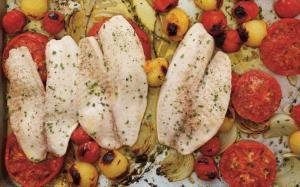 Tilapia aux tomates et aux oignons rôtis