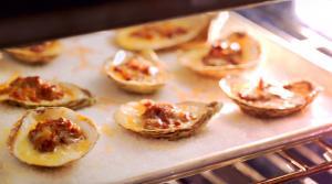 Ailes de poulet piquantes, chou-fleur popcorn et huîtres gratinées au porc effiloché BBQ