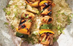 Brochettes de tofu au miel et au sésame grillé