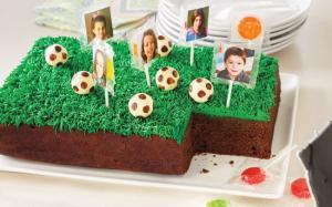 Glacer un gâteau en forme de terrain de soccer
