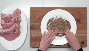 Côtelettes de porc en croûte d'épices sur purée de chou-fleur