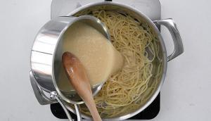 Linguines à la crème d'ail avec chou-fleur, brocoli et chips d'ail