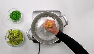 Salade de pâtes aux légumes verts et tofu barbecue
