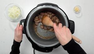 Pâtes au porc braisé et sauce à la moutarde