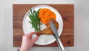 Cuisses de poulet croustillantes aux amandes et purée de carottes