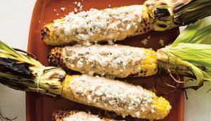 Préparer un épi de maïs pour le griller