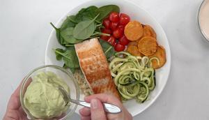 Bols de saumon, quinoa, courgettes et patates douces