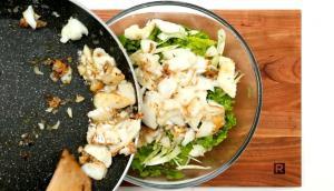 Salade tiède de fenouil, de raisins et de poisson