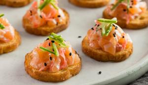 Canapés de tartare de saumon au gingembre mariné