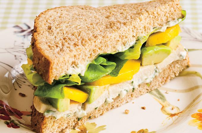 Sandwich au poulet à la mangue et à l'avocat