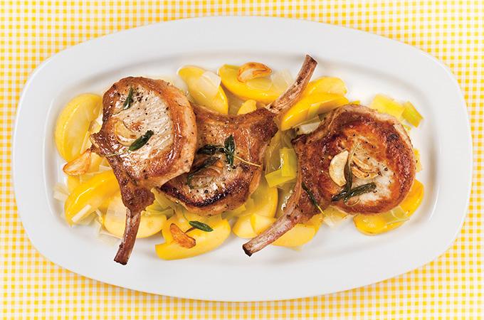 Côtelettes de porc sur tombée de pommes et de poireau