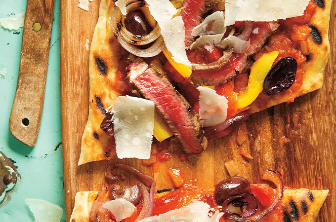 Pizza au boeuf et aux poivrons au barbecue