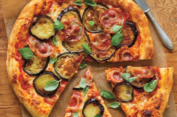 Pizza à l'aubergine et à la pancetta