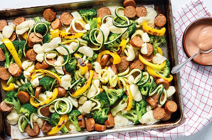 Plaque de saucisses, légumes et fromage en grains