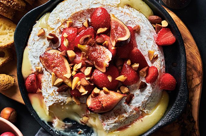 Brie chaud aux fraises, à la figue et aux amandes