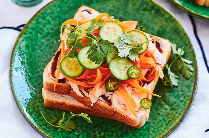 Sandwich style bao bun au poulet et à la carotte marinée