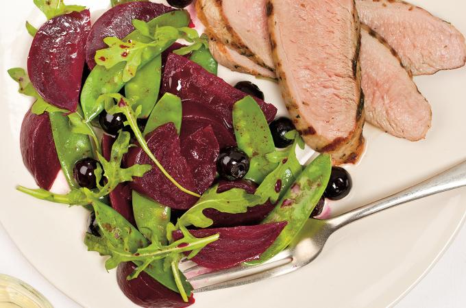 Filets de porc et salade de betteraves et de bleuets