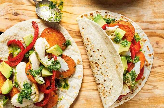 Tacos de poisson sur une plaque et salsa à la coriandre