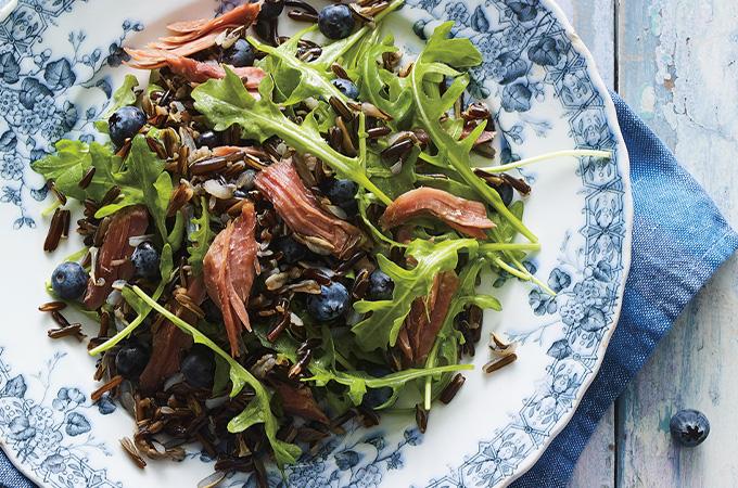 Salade de riz sauvage, canard confit et bleuets