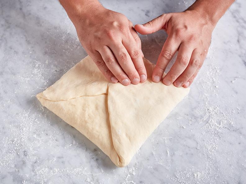 Pliez les pointes de la pâte vers le centre.