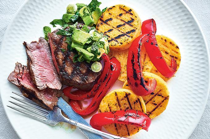Biftecks de haut de surlonge aux poivrons et salsa à l'avocat