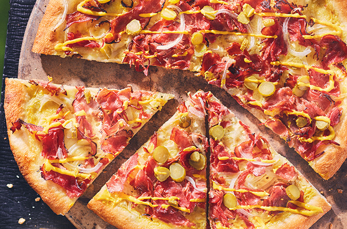 Pizza au smoked meat sur le barbecue