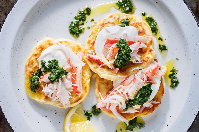 Pancakes au panais et au crabe avec salsa verde