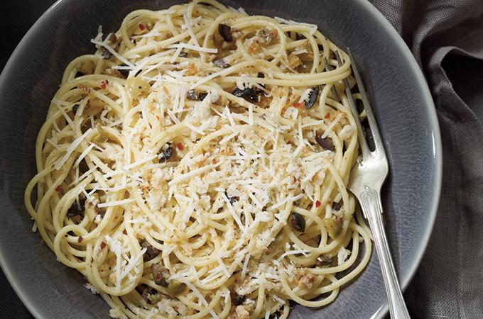 Spaghettis aux anchois, olives et pain grillé (pangrattato)