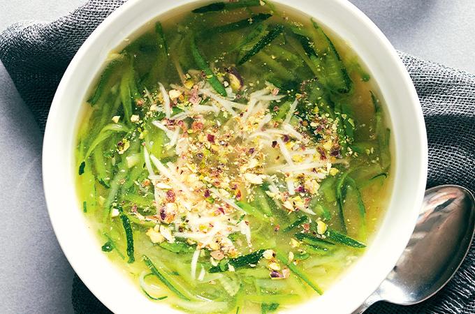 Soupe à la courgette au parmesan et aux pistaches