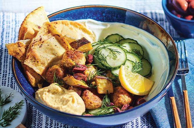 Bols de poulet, aubergine rôtie, pitas grillés au sumac et yogourt