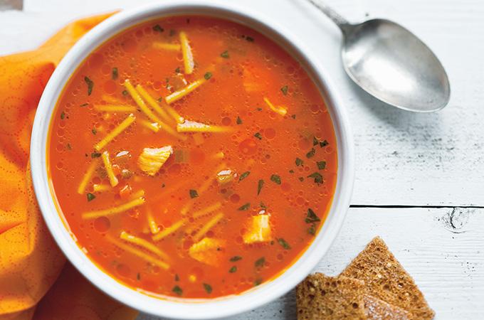 Soupe poulet et nouilles au jus de carotte