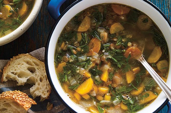 Soupe aux lentilles et aux fanes de carottes