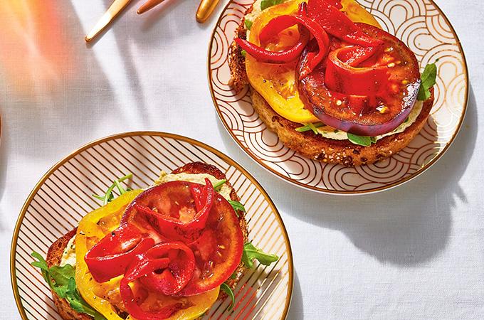 Sandwichs ouverts à la tartinade de noix de cajou, aux tomates et aux poivrons grillés