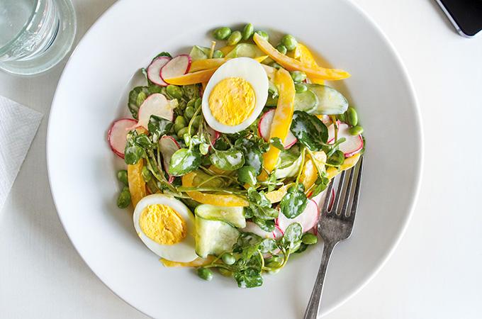 Salade de cresson et d'edamames avec vinaigrette crémeuse au citron