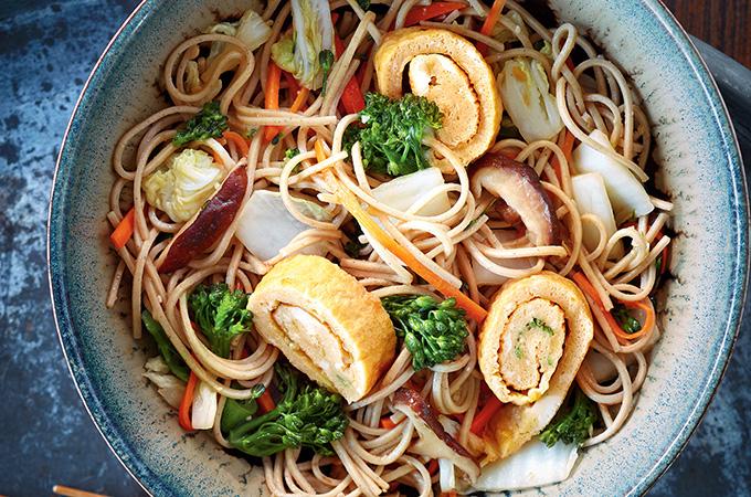 Nouilles soba aux légumes et omelette roulée