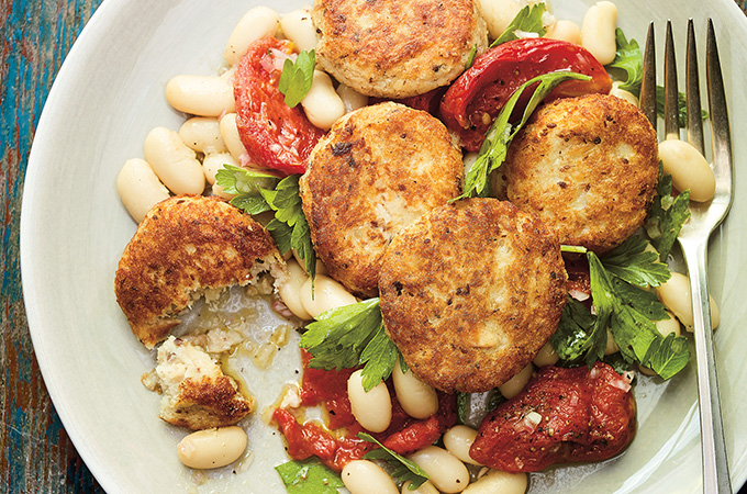 Salade de haricots blancs, croquettes de sardines et tomates confites