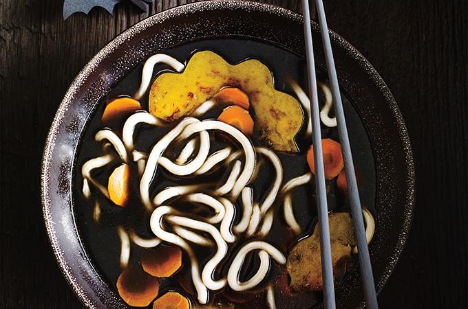 Soupe de nouilles udon à l'encre de seiche