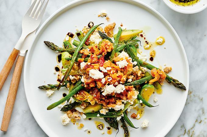 Salade-repas aux légumes rôtis et au fromage feta